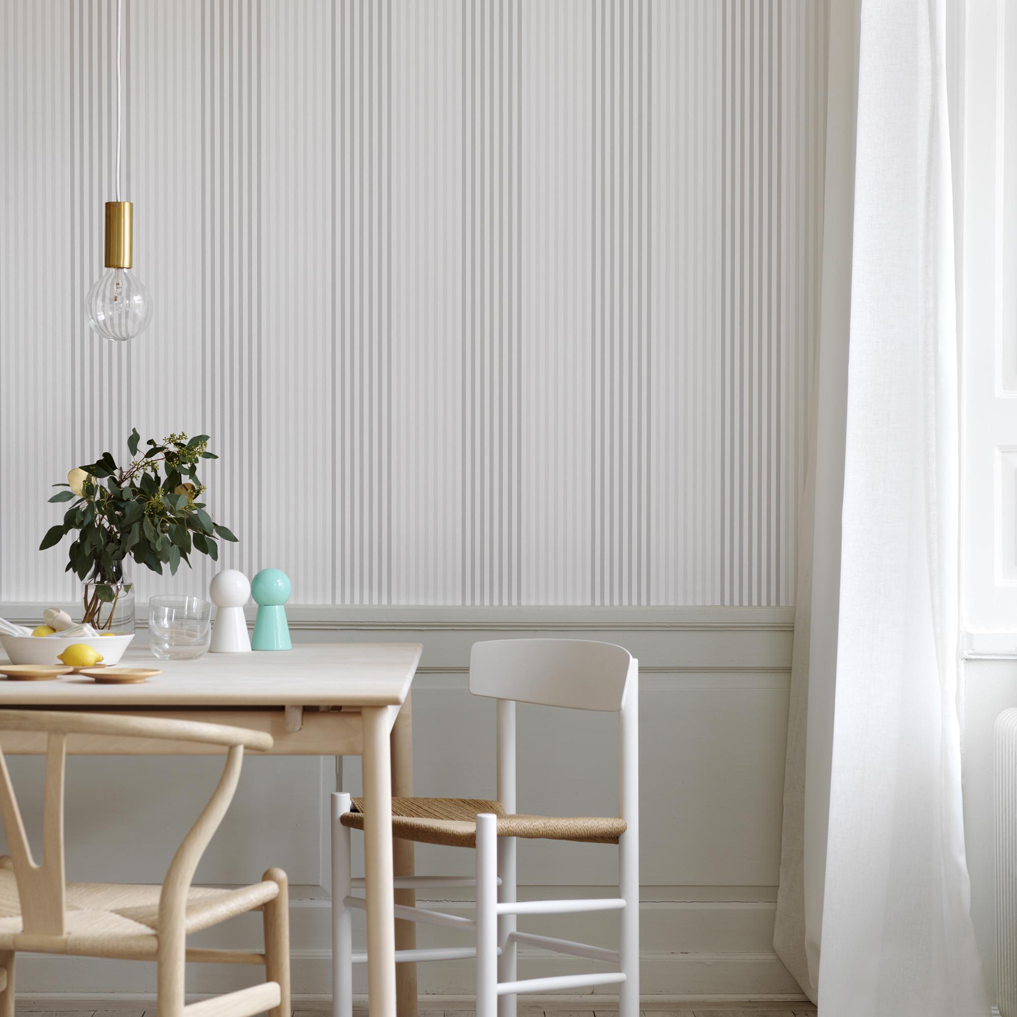 Кухня с полосатыми обоями фото